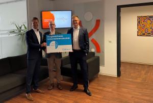 Jörg Oestreich und Christoph Gille nehmen als Geschäftsführer der eddyson GmbH das CrefoZert im Headoffice Göttingen entgegen.